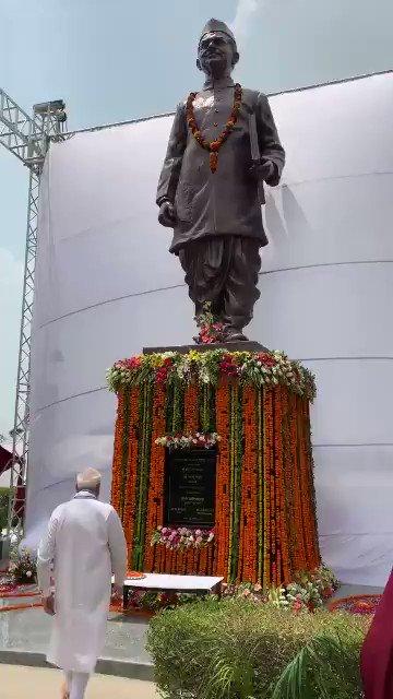 On landing in Varanasi, PM @narendramodi unveils statue of former PM Lal Bahadur Shastri, located at #Varanasi airport.