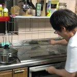 台所に突然のゴキ…!お母さんのリズミカルなおびき寄せが笑える!