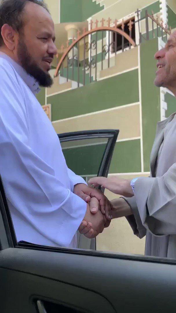 في مشهد يُجسّد عمق المحبة والترابط.. شاهد.. معلم سعودي يزور زميله المصري في منزله بعد 20 عاماً من الفراق.(سبق)