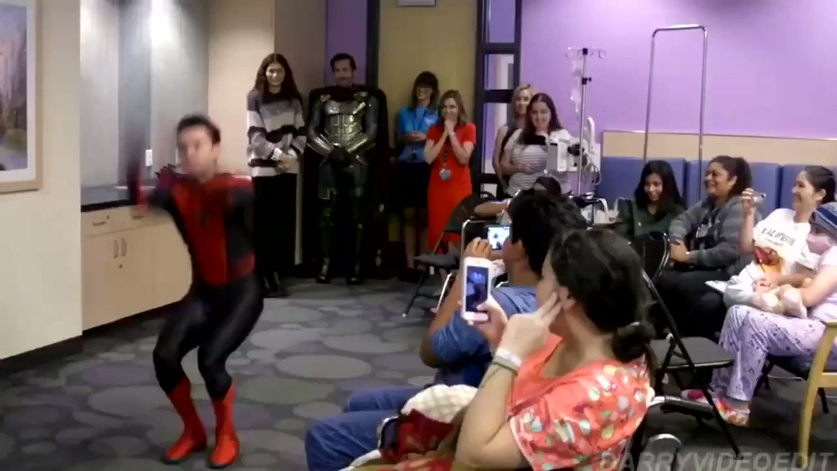 『スパイダーマン:ファー・フロム・ホーム』を先行上映した小児病院にサプライズ訪問後、子供達の目の前でバク宙をキメるトムホに素で驚いちゃうジェイクさん。