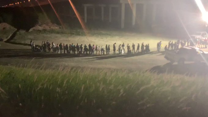 ZCd-Jcl6tjFjG1r0?format=jpg&name=small VIDEO: TEXAS REPORTER WATCHES 300 MIGRANTS CROSS BORDER IN SIX HOURS [your]NEWS