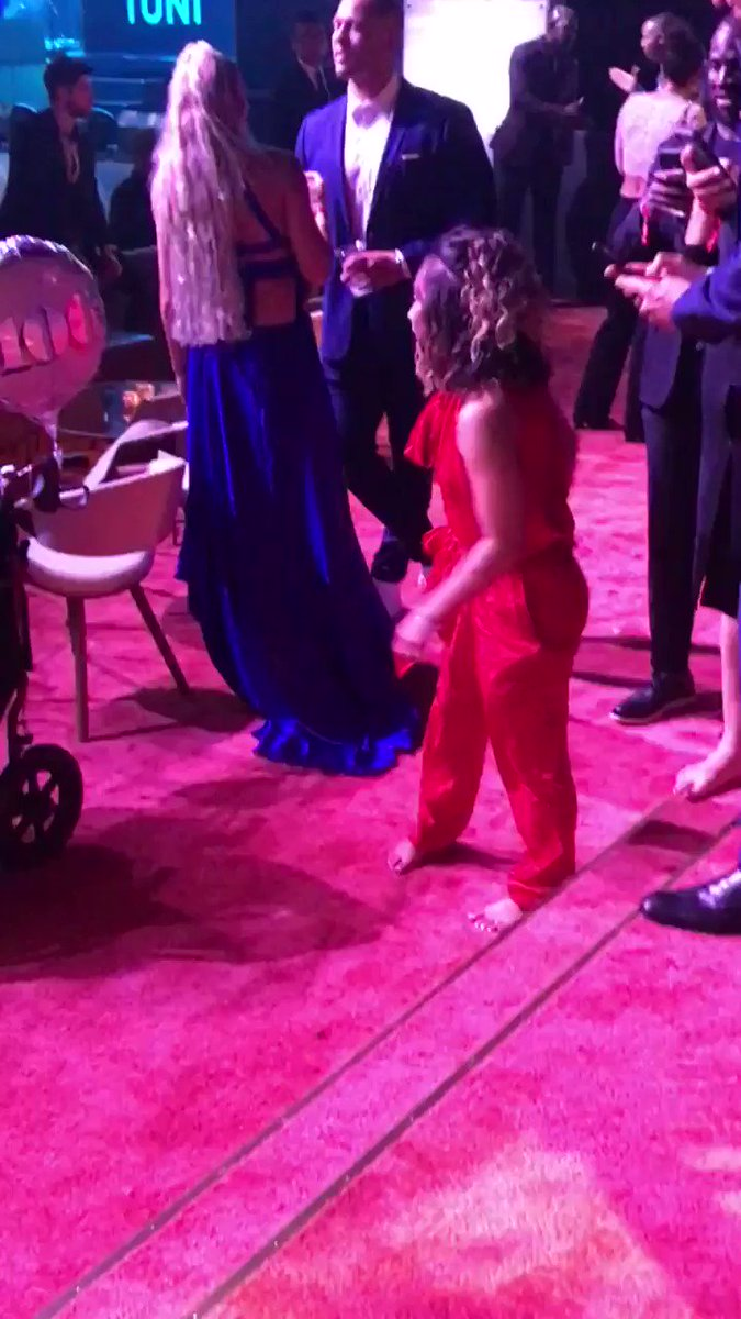 RT @EddieMata: Look at @katelyn_ohashi achieving another 10 at the #espys after party. @espnW @uclagymnastics https://t.co/S87wRZ5lZQ