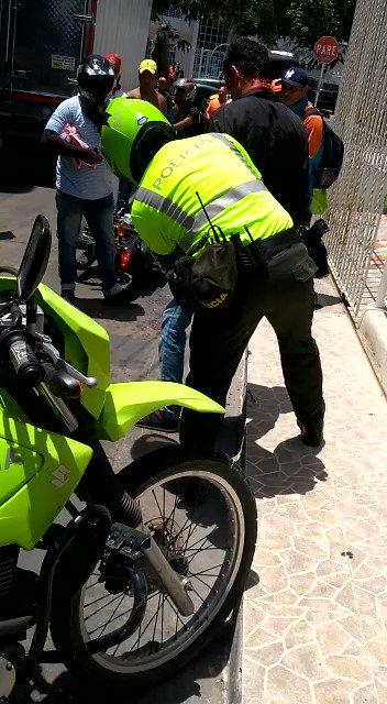 Sujeto iba a atracar con arma de fogueo en la carrera 26D con calle 64 en Barranquilla. Cuatro hombres lo desarmaron y fue linchado por la comunidad.