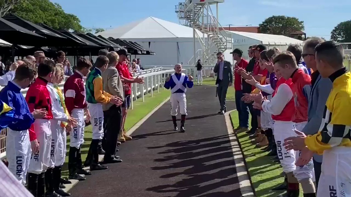 No cigar on WOOLSEY but a fitting send off for champion jockey Jeff Lloyd with a guard of honour at Doomben @BrisRacingClub @RaceQLD @nicolalloyd8