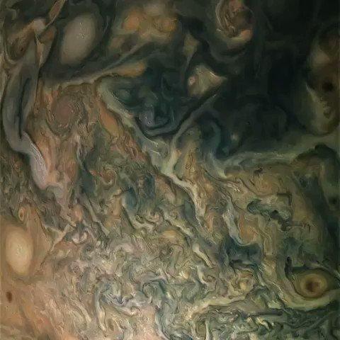【大迫力】木星の周りを宇宙船で周回するとこんな景色が見える…木星周回軌道で木星などの観測を続けているNASAの探査機ジュノーが撮影した画像から作られた映像。いつの日か木星周回ツアーたるものが計画されるときはくるのだろうか。