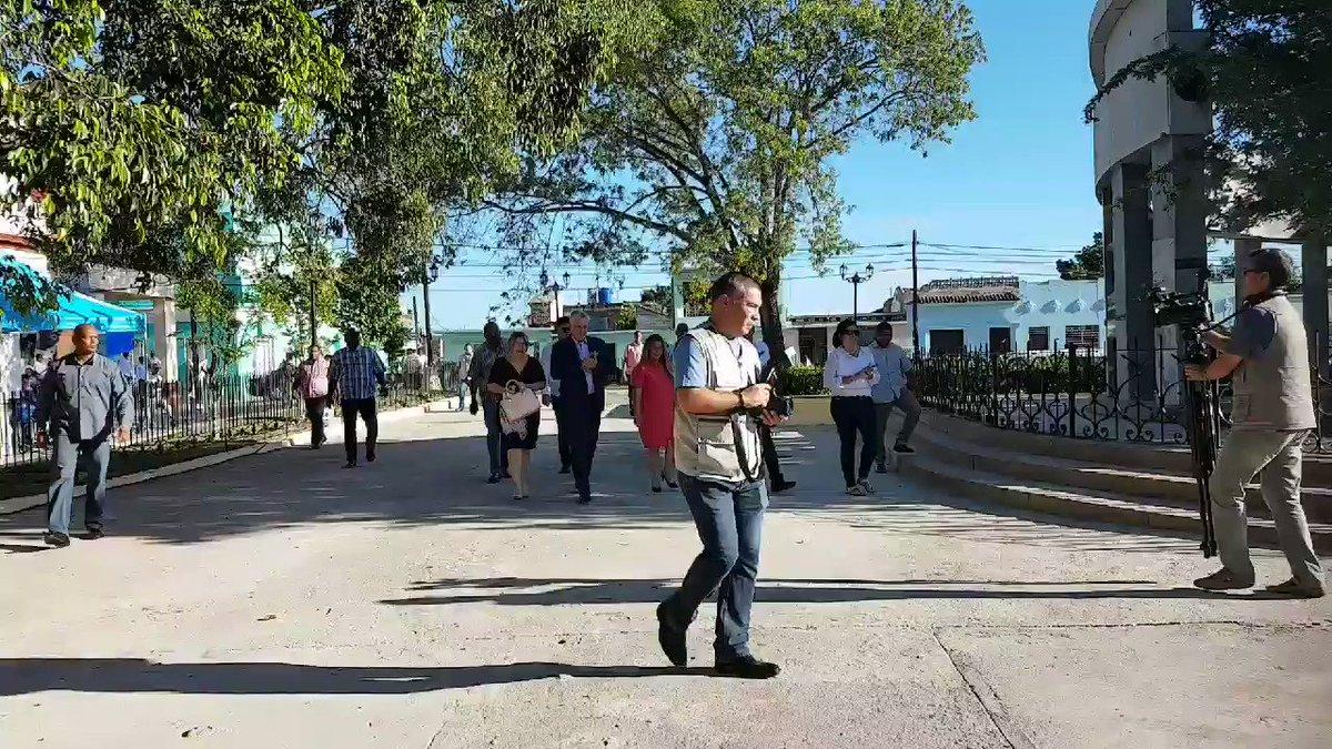 El pueblo de #SantaClara330 da la bienvenida al presidente @DiazCanelB La ciudad está de cumpleaños y con ella toda #Cuba No podía faltar a la celebración. Comparte con su gente que tanto lo quiere.🇨🇺 @PresidenciaCuba @radiorebeldecu @VanguardiaCuba @radiocmhw @MinoskaCuba