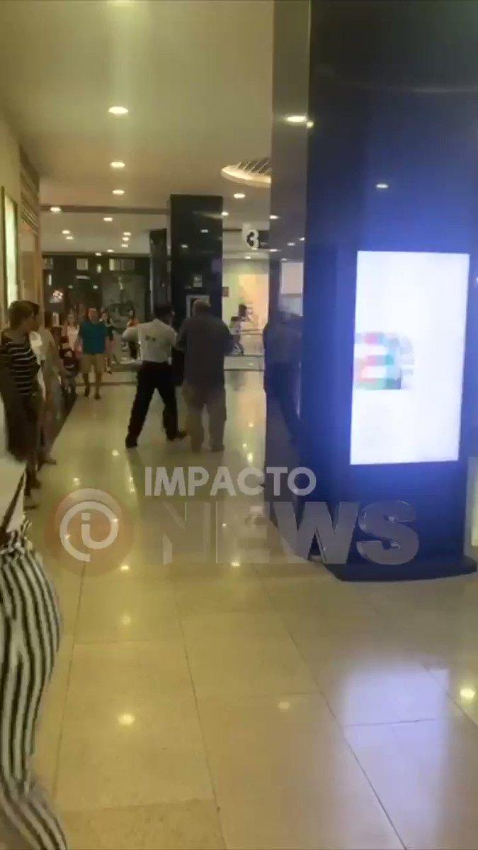 """Mujer denunció a un hombre que se masturbaba a su lado en el cine del centro comercial Buenavista en Barranquilla. """"Mientas rodaba la película, mi hermana y yo vimos a una mujer que teníamos adelante levantarse de repente de su silla con su pequeño hijo y golpear a este tipo..."""