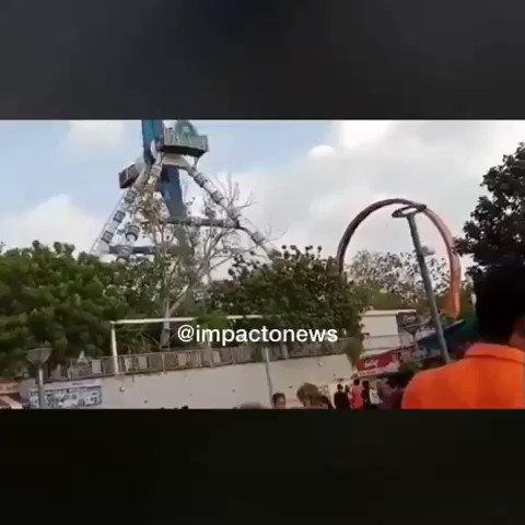 #VideosDeImpacto Un juego mecánico sufrió una falla técnica, lo que provocó la muerte de dos personas en un parque de diversiones de la ciudad de #Ahmedabad, en la #India.