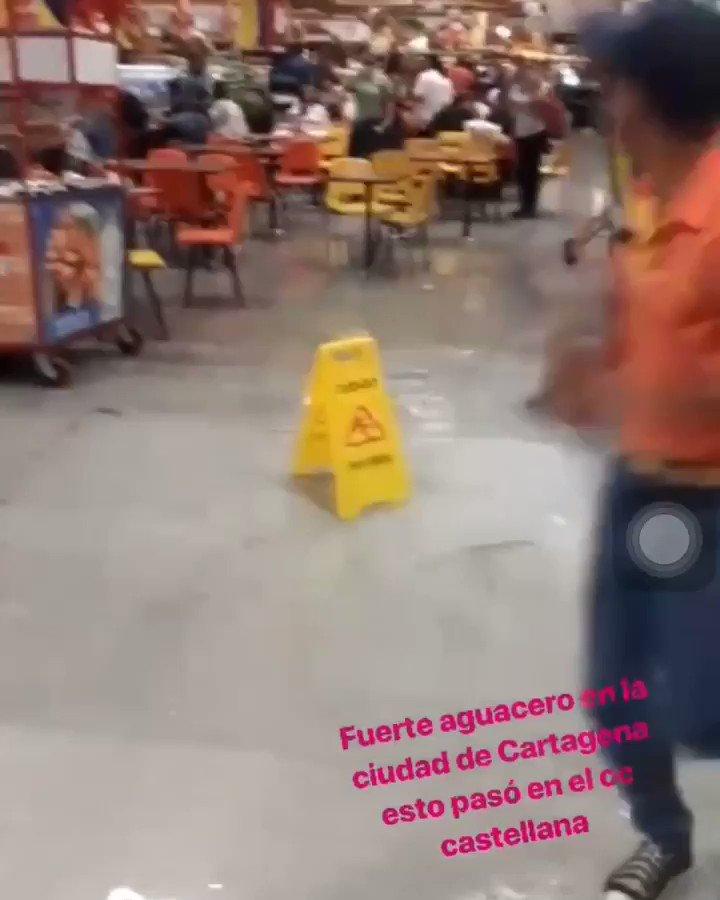 """Centro comercial Paseo de la Castellana en Cartagena sufrió inundaciones tras fuertes lluvias. """"El aguacero cayó desde el cielo como siempre. Aunque esta vez vino con la novedad de que también emergió desde el suelo. Nos hundimos, amig@s, metafóricamente"""", afirmó un cliente."""