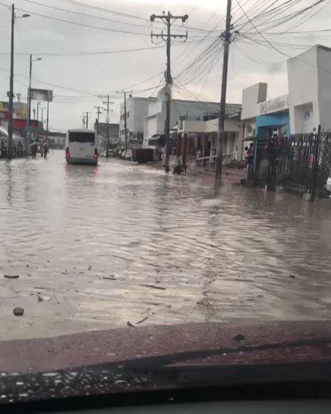 Sector calle Real del Pie de la Popa, altura de la bomba Texaco en Cartagena, resultó inundado luego de fuertes lluvias en la heroica.