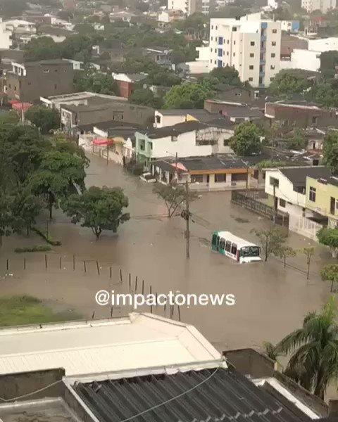 Aprecien la irresponsabilidad del conductor de este bus retando la inundación producida por el fuerte aguacero en Cartagena. La imagen fue captada en el barrio El Socorro, sector de La Plazuela.