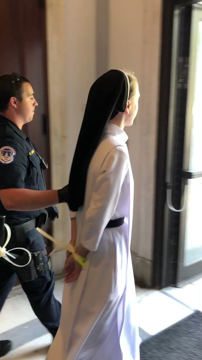 America in 2019: Franciscan nuns and monks in handcuffs for peacefully protesting Trumps inhumane immigration policies. #CloseTheCamps #EndChildDetention #CatholicDayOfAction #ResistersForum twitter.com/minhtngo/statu…