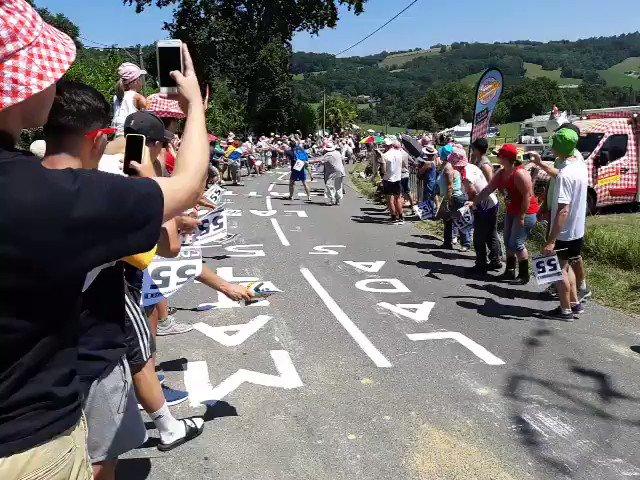 Tour de France : Matthieu Ladagnous encouragé par le public lors de son passage sur la côte de Bosdarros ! #TDF2019