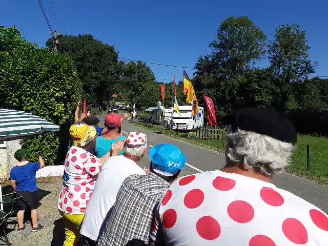 Tour de France : le passage à toute allure du maillot jaune Julian Alaphilippe à Bosdarros ! #TDF2019