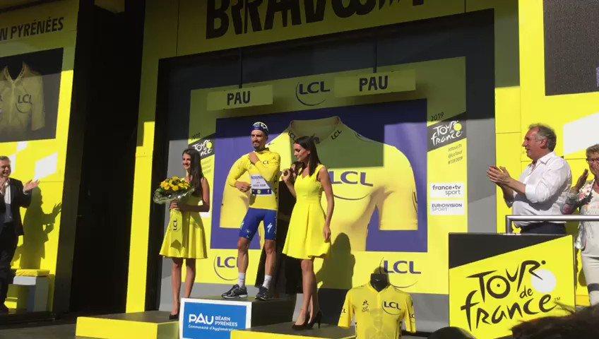 Tour de France : Julian Alaphilippe sur le podium à Pau, double exploit : le contre-la-montre et le maillot jaune ! #TDF2019 @LeTour