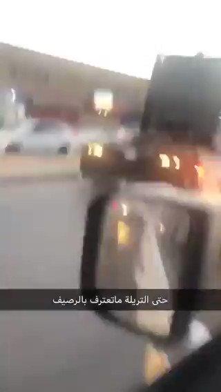فيديو:قائد شاحنة يتخطى الرصيف بأحد الشوارع مُعرضاً حياة الآخرين للخطر.| عبر: @legend102030
