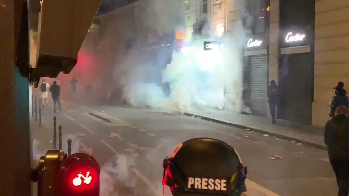 RT @ClementLanot: PARIS - #Algerie championne d'Afrique : la situation dégénère sur les #ChampsÉlysées #CAN #SENALG https://t.co/K7c7WGGH66