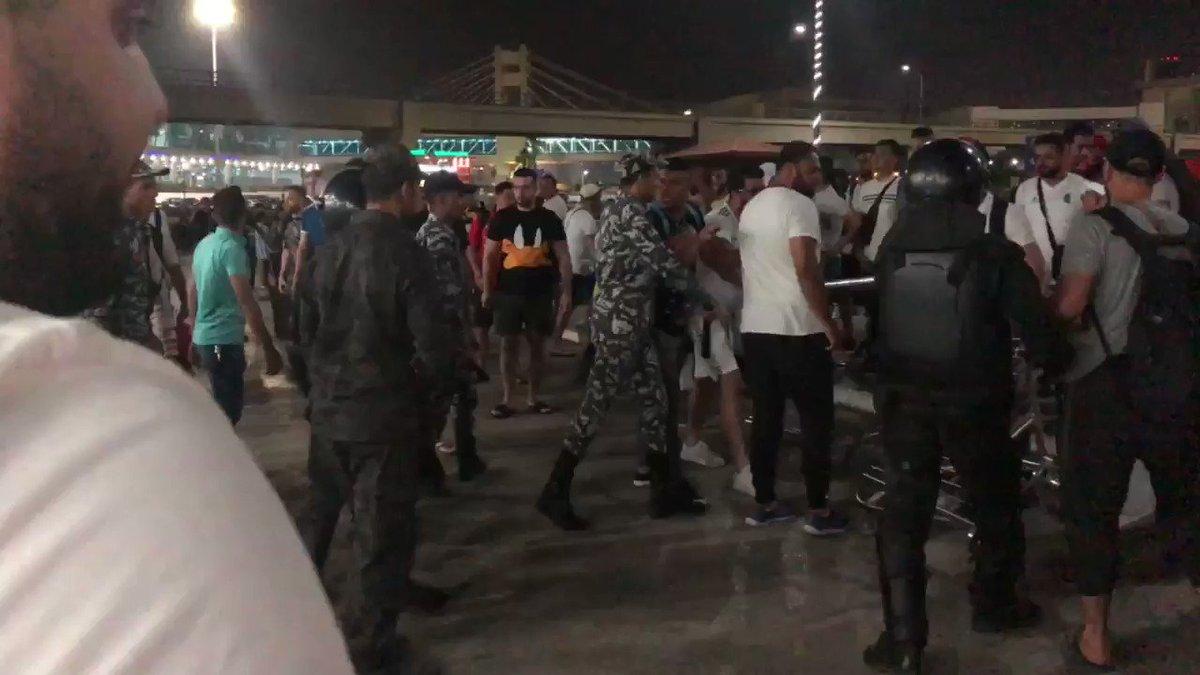 فيديو لاعتداء الشرطة المصرية على الجزائريين خارج  مطار القاهرة  لا سفارة ولا تورينغ