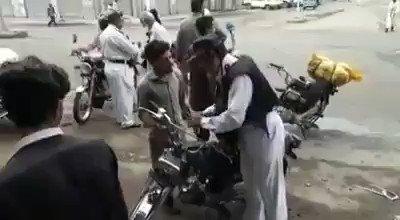 کراچی: ٹریفک پولیس اہلکاروں کی شہریوں سے بدتمیزیاں عروج پر  کراچی: ٹریفک پولیس اہلکار کا شہری کو تھپڑ، فوٹیج منظر عام پر آ گئی   کراچی: شہری نے چالان کرنے کی وجہ پوچھی تو اہلکار نے تھپڑ دے مارا https://t.co/12vHw9bZdn