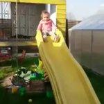 子供が滑り台を滑った結果?静電気で髪が逆だった!