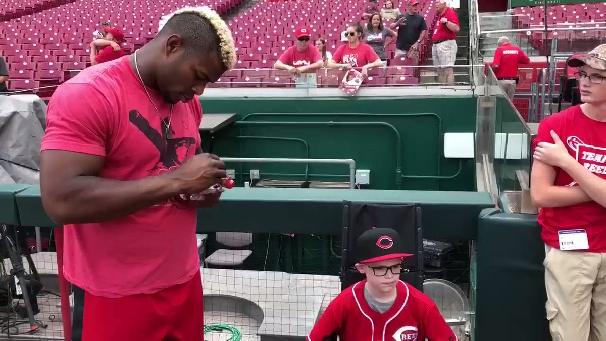 Reed and his family made the trip from Illinois to meet his favorite player, @YasielPuig. #PuigReedsFriend 👅