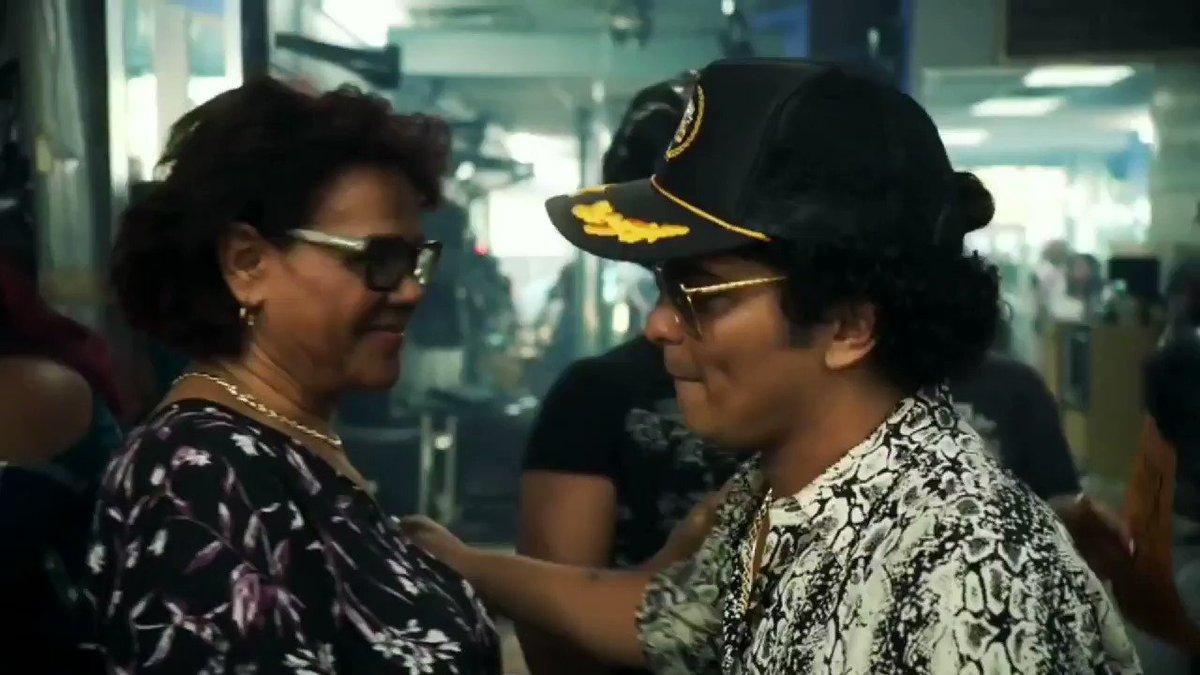 @GoldenMars3 @BrunoMars 😘... big hugs! #MTVHottest Bruno Mars