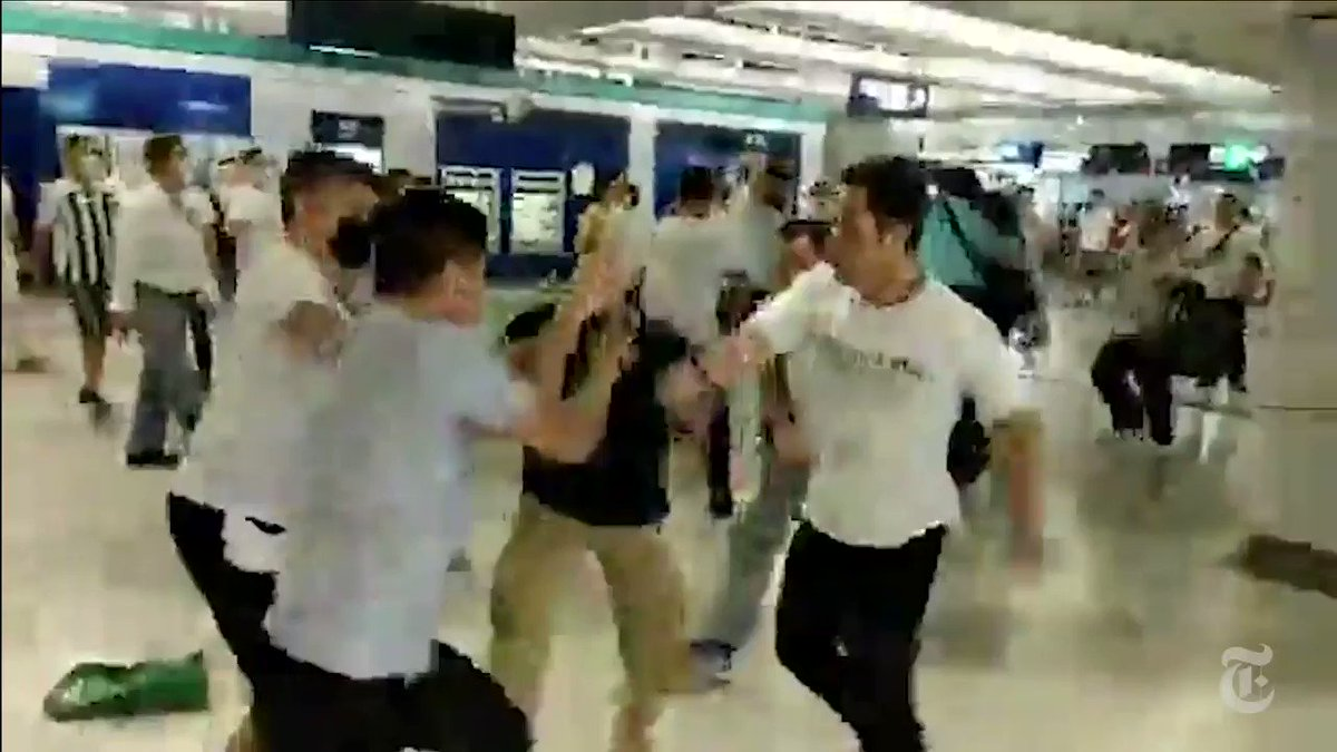 That night, videos and live streams were flooding social media, showing a mob in white T-shirts attacking anti-government protesters at a train station in Yuen Long. @babimarcolini, @kkrebeccalai and I watched the footage to build a timeline of what happened.