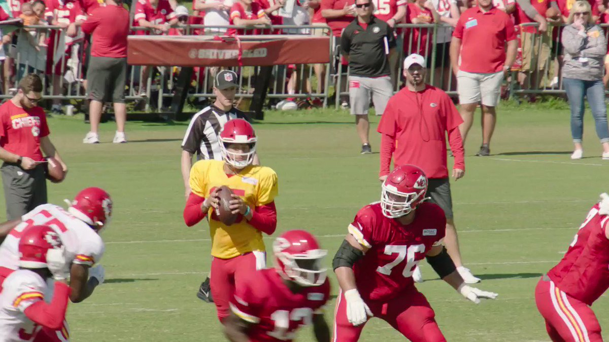 Still watching this Mahomes no-look pass from practice on repeat 😱 @PatrickMahomes @Chiefs   (via @ChiefsReporter)   https://t.co/C1a7u60XRH