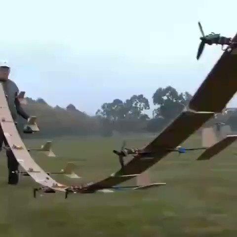 おもちゃの飛行機を9つ横に繋げて飛ばしてみると