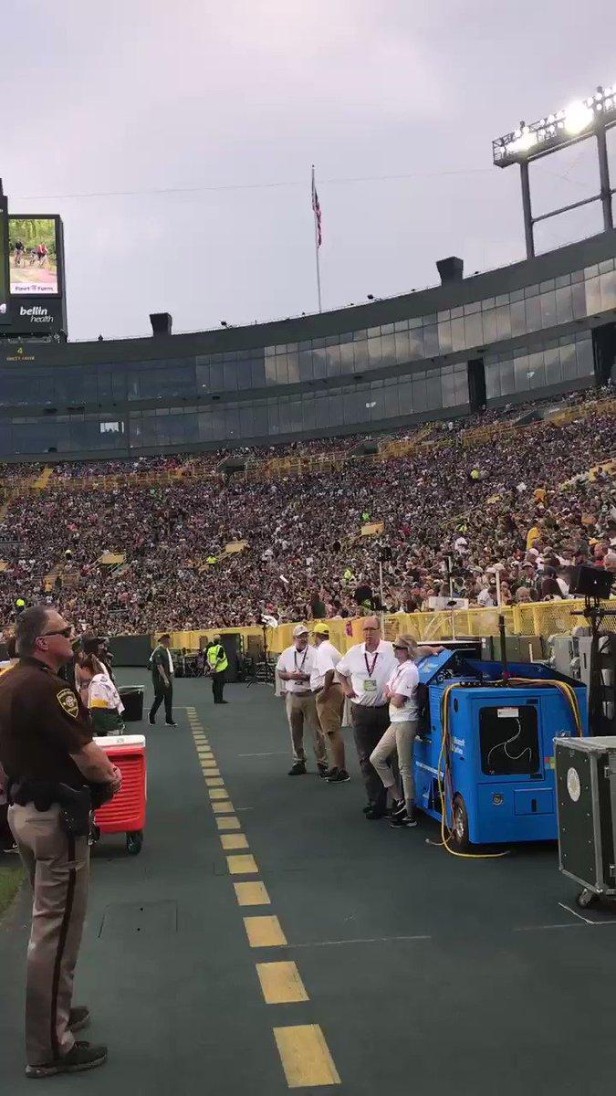A torcida do #Packers a mais apaixonada de todas.  Isso não é um jogo de playoffs, temporada regular ou mesmo pré-temporada.  É só o Family Night. Evento no estádio com diversas atrações que basicamente é para acompanhar um treino.  UM TREINO.  #GoPackGo 🧀