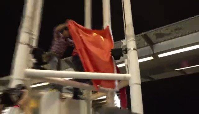 """【快訊 視頻】""""我們是五星紅旗的護旗手!""""8月5日,自發前往尖沙咀天星碼頭守護國旗的香港市民齊聲高呼。5日晚11時30分,維港旁市民高聲唱響國歌,五星紅旗冉冉升起,再度飄揚維港兩岸。(記者 王來儀 攝影 李柏鴻) https://t.co/IrCXwVNt30"""