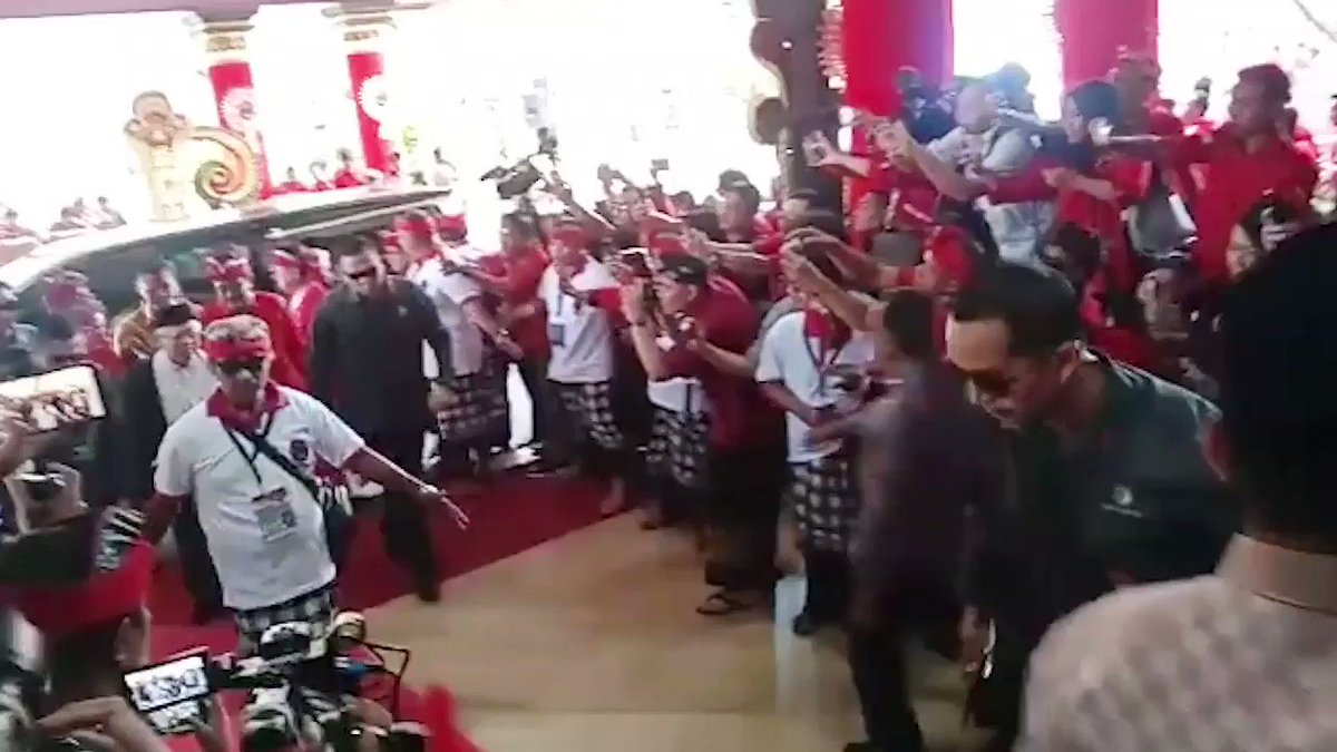Pak Jokowi, kyai Maruf dan pak Ahok hadir di Kongres PDIP Bali. #TetapMega