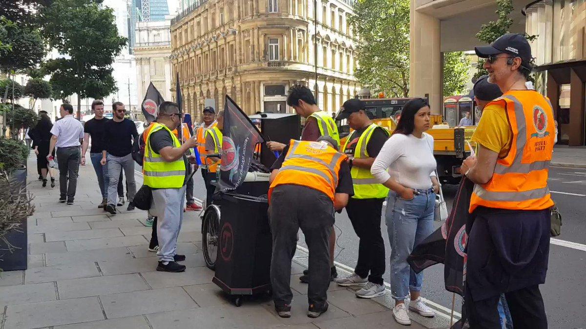 Y empezamos de nuevo en otro sitio londinense de @WeWorkUK , asegurando que todos los empleados sepan como han tratado a los limpiadores subcontratados por CCM