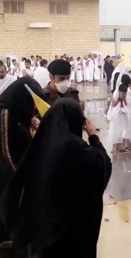 فيديو 🔴..شاهد رجل أمن يدعو الله تحت الأمطار في مشعر عرفات...#عرفات_الان .