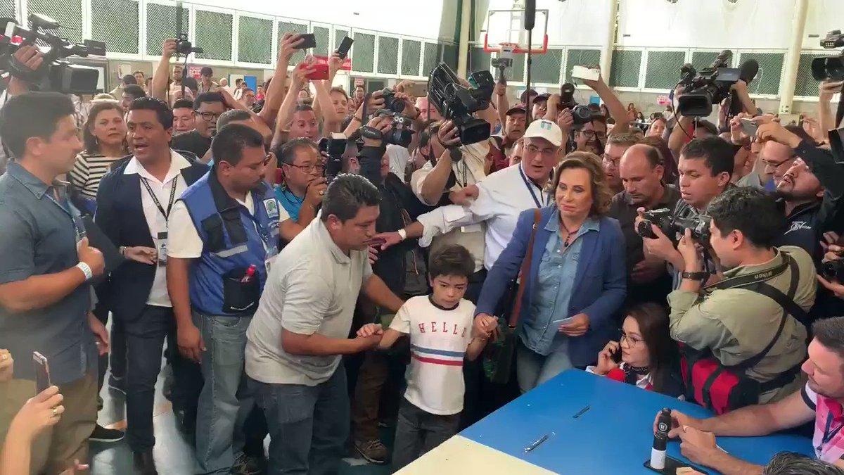 La candidata presidencial por el partido UNE Sandra Torres, emite su voto en el colegio Valle Verde zona 15 de la ciudad. Además se disputa la Segunda Vuelta Electoral
