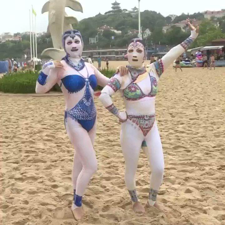 En #Chine, le #Facekini serait populaires parmi les vêtements de plage. Inventé pour des raisons pratiques (Méduse, Coup de soleil), son créateur explique que la collection comporte un tigre  & un serpent pour sensibiliser sur les animaux en danger #Shangdong province #Jellyfish