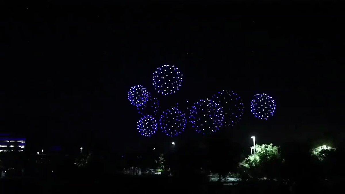 2000以上のドローンを制御飛行させて演出した 花火とは別次元の 夜空を綺麗に彩る魔法のイベント