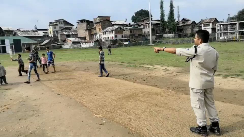 Game changer! Kashmiri boys in downtown Srinagar playing cricket with @crpf_srinagar officer @iamkash_kr behind Jamia Masjid in Nowhatta. Moving to see the officer treat the boys after the game of cricket. Praiseworthy efforts! Let's give peace and love a chance! @crpfindia