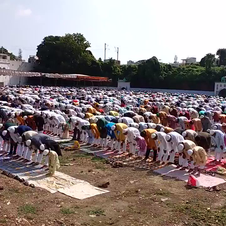 Thousand of muslims joined the prayer in the biggest festival Eid al-Adha in Allahabad India  #EidAlAdha #EidulAdha2019 #Allahabad #India https://t.co/QKDSkdMZdK