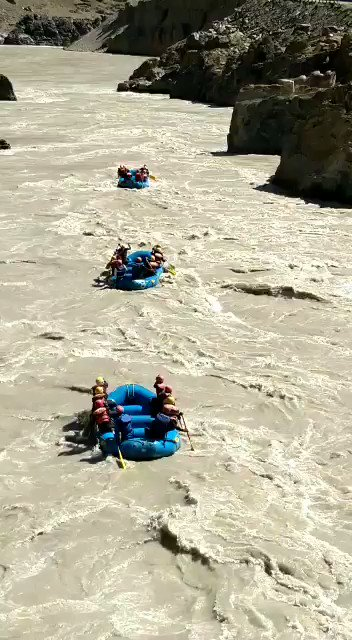 Day3/13 Aug  of White water rafting team of  Yudhe Nipunam Regt of Cockerel Division of #IndianArmy started with vigour in icy cold water to start their jrny fm Khamisha to Niraq, the longest stretch of 39 KMs with many grade III rapids & vertical drops.@adgpi @SpokespersonMoD https://t.co/rCnRXRpIcj