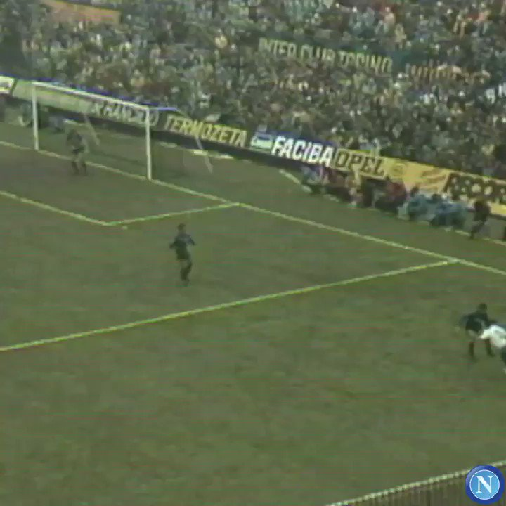 RT @en_sscnapoli: It's International Left-handers Day, but we all know that Maradona's magic was with his left foot. https://t.co/StTT7zSD6Z