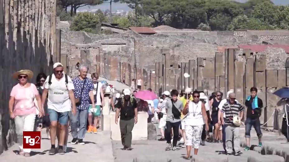 #Pompei, il gran caldo non ferma i visitatori provenienti da tutto il mondo, pazientemente in fila per visitare un luogo unico, che sarà aperto anche a ferragosto