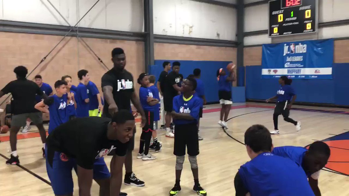 Dribble knockout with @nyknicks Rookie @RjBarrett6! 🤣 📍Rookie Transition Program at @HoopHeavenNJ