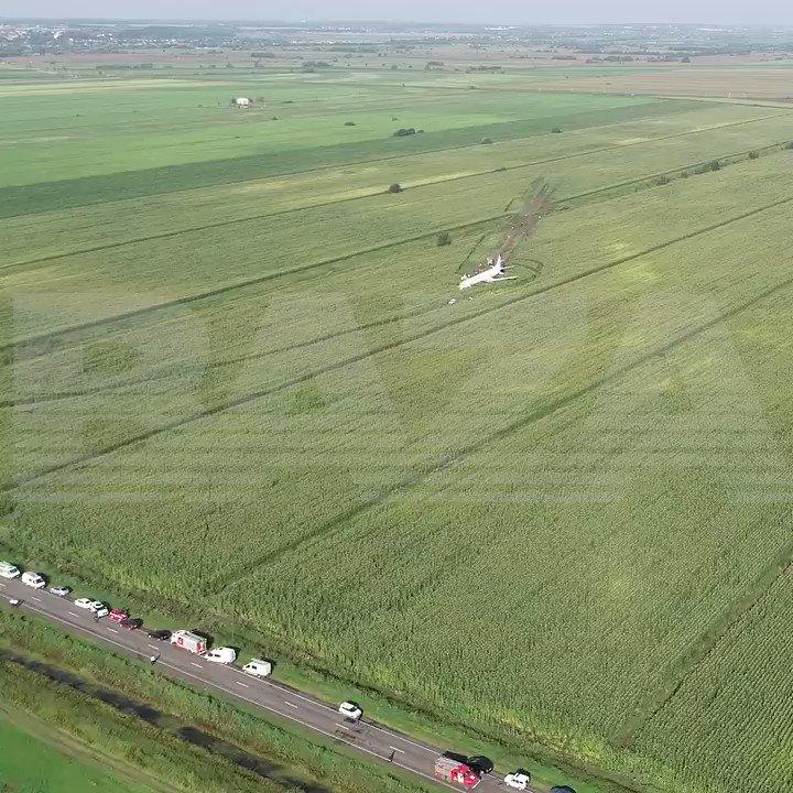 Вид на кукурузное поле, на котором сел самолет «Уральских авиалиний». Очевидно, что самолет не выкатился за пределы полосы, как писали некоторые СМИ, а именно сел в поле и слегка его вспахал