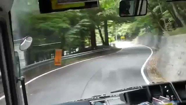 去年、海外で少し話題になった動画いろは坂を下る観光バスの車載映像倍速にしてる事を考慮しても、この狭い峠道のヘアピンをクリアしていく日本のバスドライバーはクレイジーだと海外から絶賛YouTubeでは600万再生近くされてる