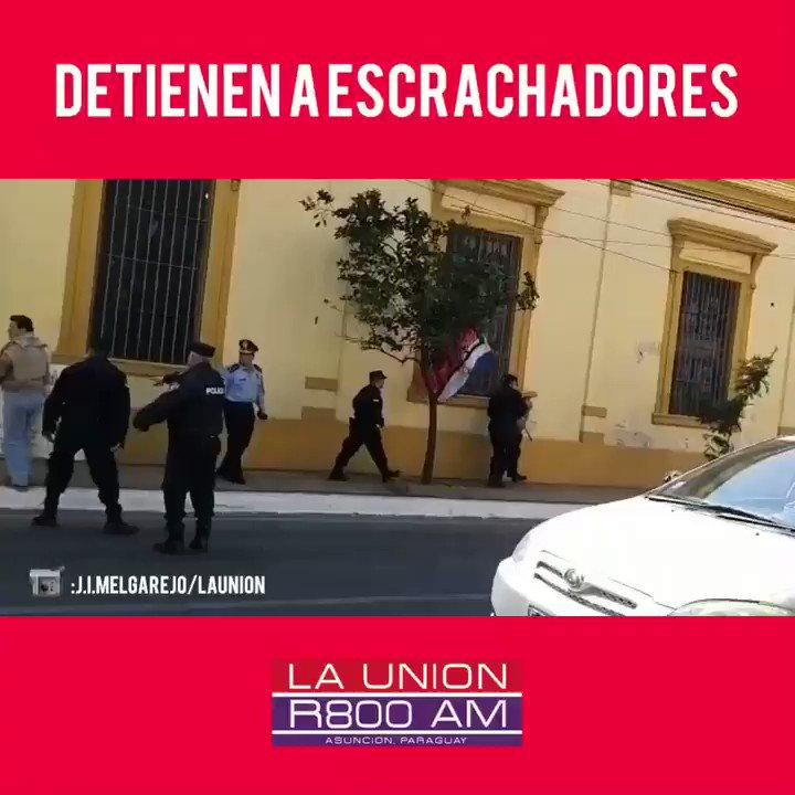 ¿QUE PASÓ ACÁ?🤔 🔴Mientras se hacía la procesión de la virgen frente al Palacio de Gobierno, escrachan verbalmente al Monseñor Valenzuela. 🔴Los mismos fueron detenidos por policías, quienes no pudieron explicar porque lo hacían. #R800AM