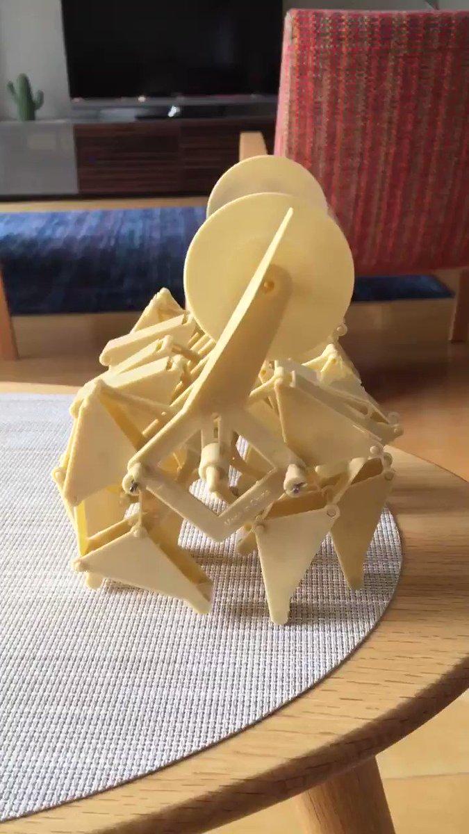 テオ・ヤンセン展に行ってきて、風を食べて動く生命体のキットを作った。う、動くぞ。足かわいい。