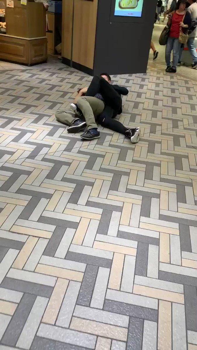 横浜駅にて盗撮犯を盗撮された女の子の彼氏が固めてました