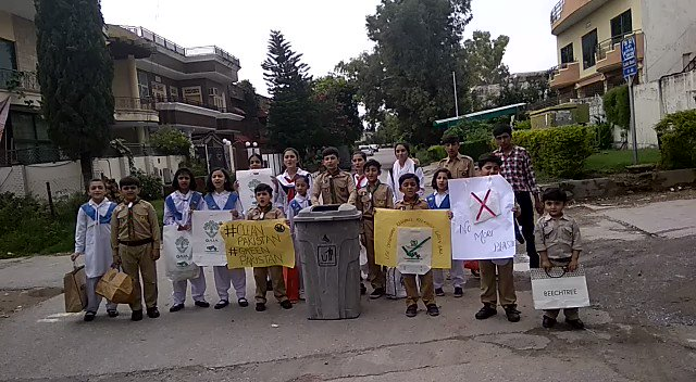 🇵🇰Young Boys Scouts and Girl guides spreading awareness about #ClimateCrisis and use of reusable/biodegradable bags, because together we can fight the #ClimateChangeCrisis. @GretaThunberg @Fridays4future @amnesty @dcislamabad #ClimateChangeIsReal #climatestrike
