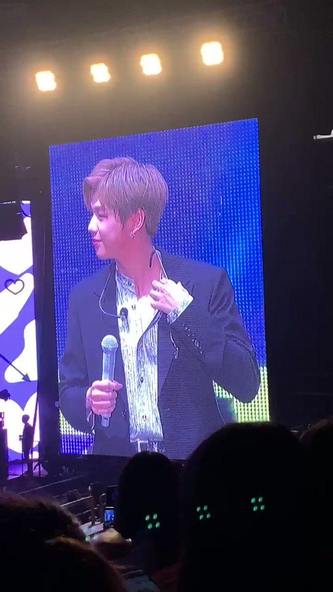 [#KangDanielinSG] Daniel's Gift Segment: Showing us his sexy collarbone~ #KangDaniel1stFanmeetinginSG #KangDanielColorOnMeinSG #KangDaniel #강다니엘 쇠골 보여주기 ㅋㅋㅋ